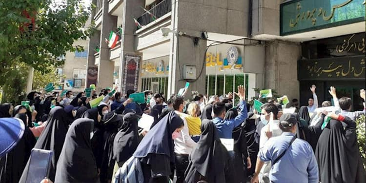 Iranian teachers and educators hold chain protests in 14 provinces